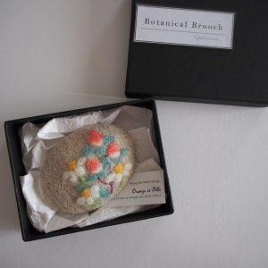 羊毛刺繍のボタニカルブローチ